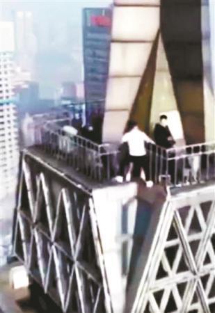童虎等人在228米的重庆纽约大厦顶端跳舞