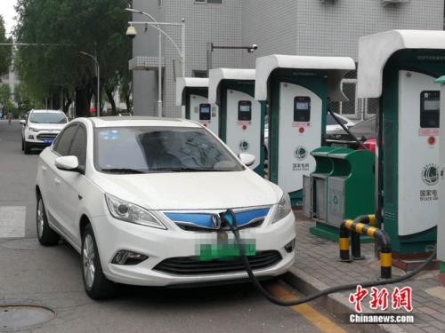 资料图:一辆新能源汽车正在充电   中新网记者 张尼 摄