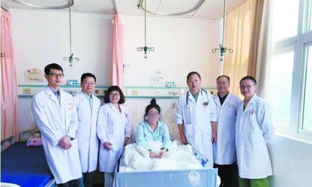 当时参与抢救的附属二院部分专家在出院前与产妇小唐合影。