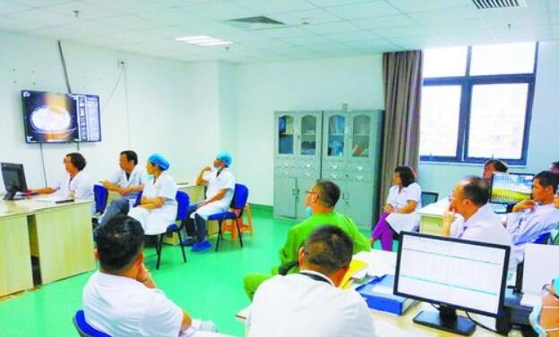 产妇小唐转到重症医学科后,附属二院医务部组织的多学科会诊讨论现场。