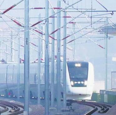南龙铁路D55604试运行列车昨日(19日)缓缓驶入三明站。