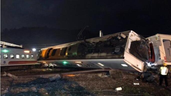 10月21日拍摄的台铁列车出轨翻覆事故现场。