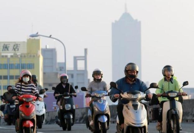 资料图:台湾民众戴口罩出行。
