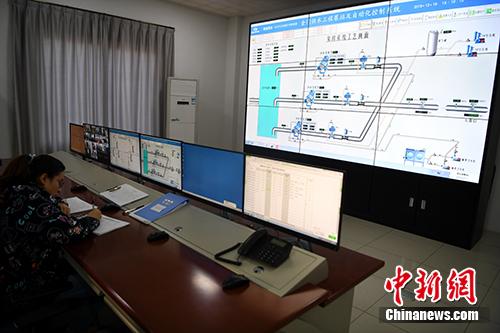 图为金门供水工程取水泵站,大屏幕上显示着取水泵站的运行情况。中新社记者 张斌 摄