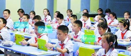 孩子们在课堂上使用移动学习智能终端。