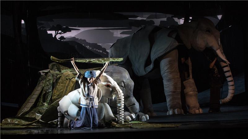 《最后一头战象》通过逼真的象偶、变幻的光影,唤起观众心中对于中华民族特有的家国情怀。尹雪峰/摄
