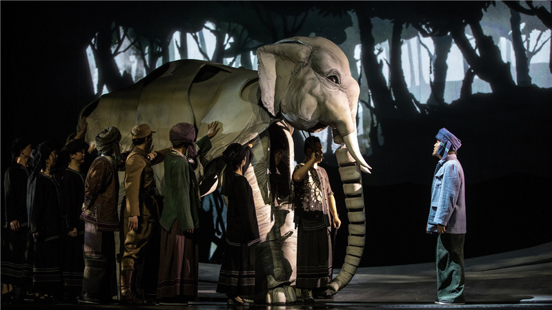 《最后一头战象》用最前沿的多媒体技术,并结合中国水墨画风,在不同场景下打造舞台全息视听体验。尹雪峰/摄