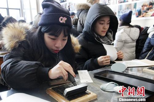 资料图:台湾学生在大陆体验传统文化。中新社记者 陈小愿 摄