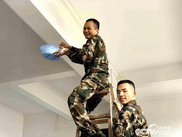 老兵們在粉刷營房