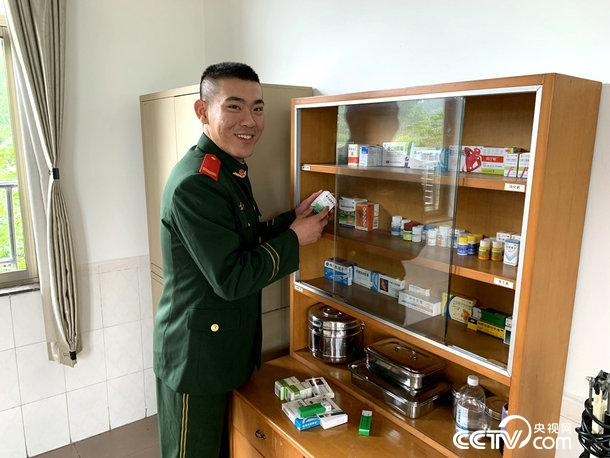 衛生員對常用藥進行檢查