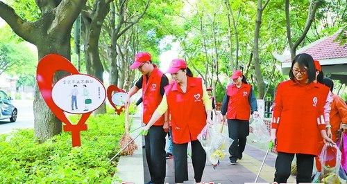 广大群众志愿者是文明创建的主体,积极投入到共建宜居环境的行动中。
