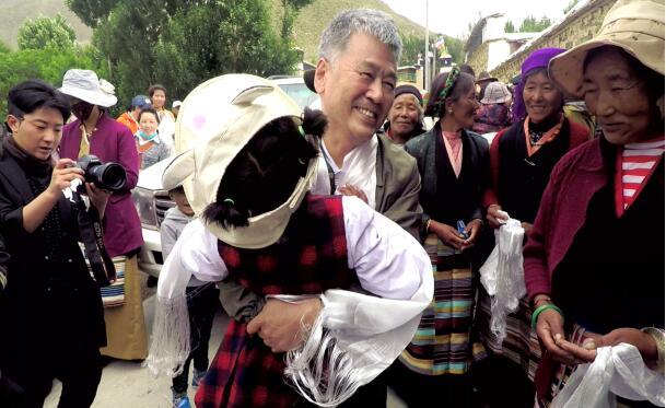 孙国新被西藏山南琼结县强吉村三组村民团团围住。
