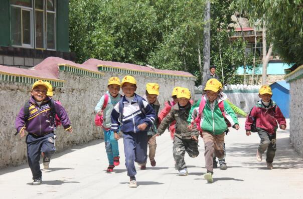西藏山南琼结县强吉完小学生们放学路上
