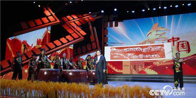 中共府谷县委书记杨成林伴随着极具府谷特色的歌舞《丝路欢歌》上场