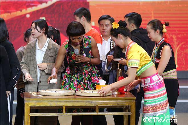 二十位大众评委上台品尝临翔的特色美食:五红珍馐(橄榄生)
