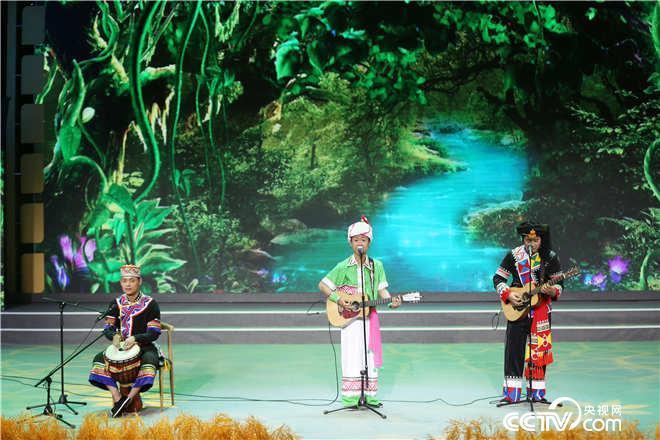 来自云南临翔的哈咧组合带来歌曲《美丽临翔欢迎你》