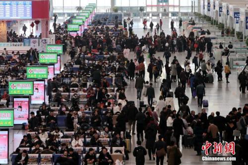 12月25日,西安北车站内人头攒动。中新社记者 张远 摄