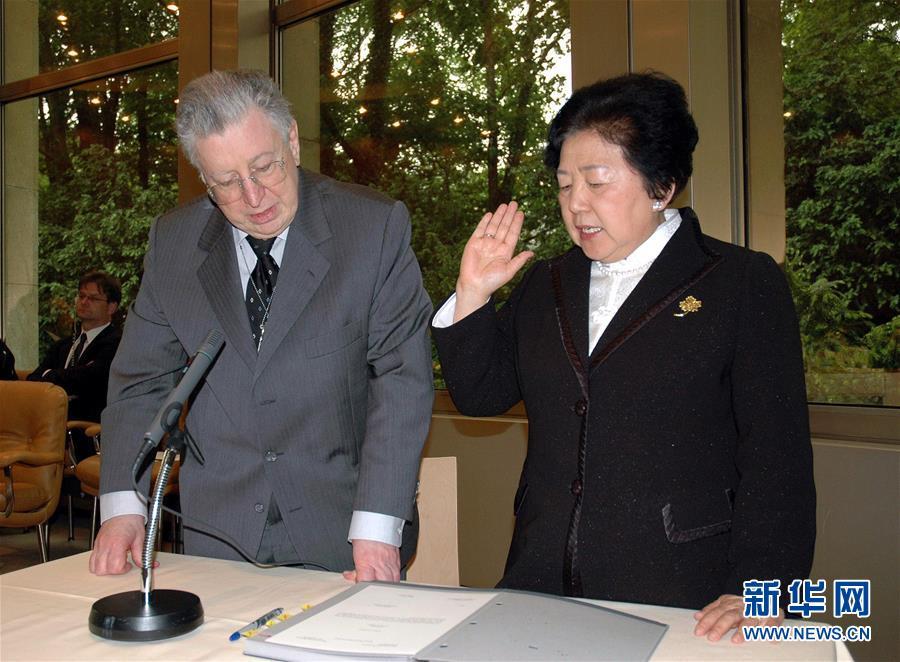 张月姣(右)在日内瓦世界贸易组织总部宣誓,正式就任世贸组织上诉机构法官(2008年5月21日摄)。