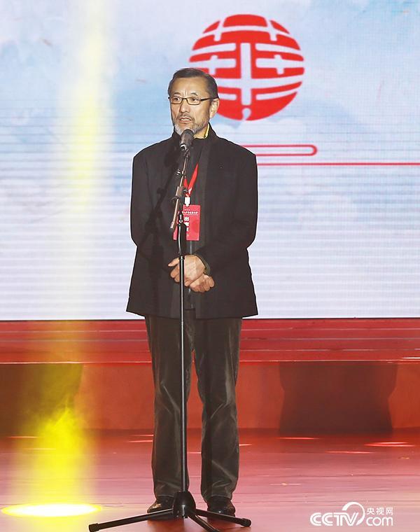 导师代表连辑在颁奖典礼上致辞