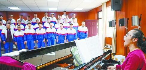 ▲指导老师赖景琼为合唱团伴奏并领唱。