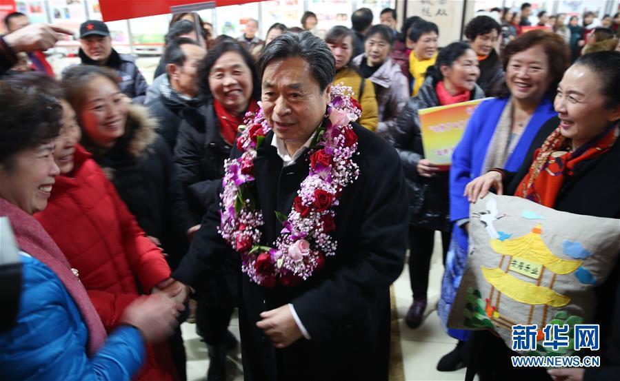 2018年12月19日,茅永红载誉回到百步亭社区。新华社发