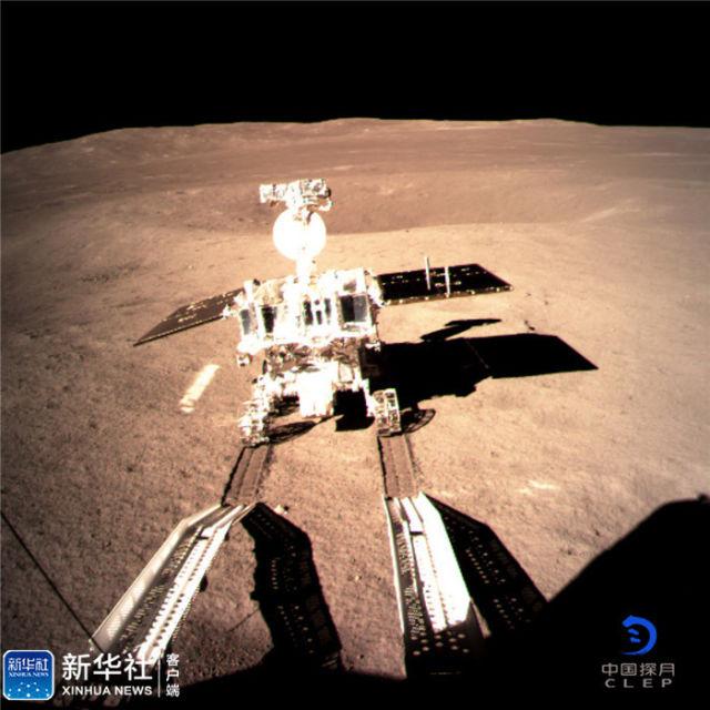 ↑图为嫦娥四号着陆器监视相机C拍摄的玉兔二号巡视器走上月面影像图。新华社发(国家航天局 供图)