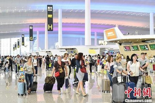 ↑旅客在广州白云机场T2航站楼。