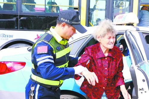 义务交警帮扶行动不便老人。