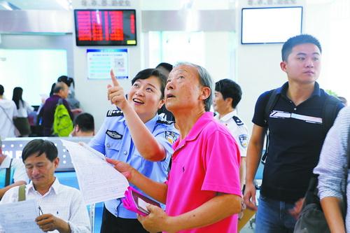 出入境民警向市民介绍最新的便民服务措施。