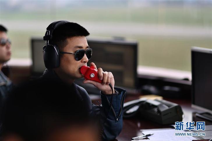 蒋佳冀在塔台指挥空中训练(2014年11月18日摄)。新华社发(刘畅 摄)
