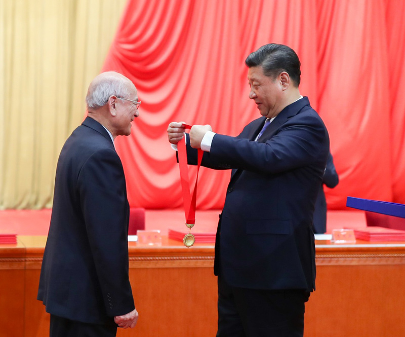 1月8日,2018年度国家科学技术奖励大会在北京人民大会堂隆重举行。这是中共中央总书记、国家主席、中央军委主席习近平向获得2018年度国家最高科学技术奖的哈尔滨工业大学刘永坦院士颁发奖章。