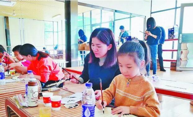 诺斯蒂三嘉悦读体验馆里,亲子共同学习国画。