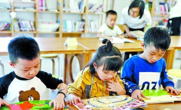 小朋友们在体验馆里认真读书。