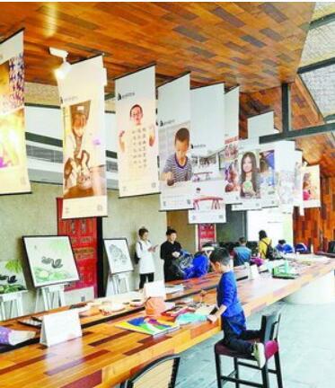 市民参观自闭症儿童绘画展。