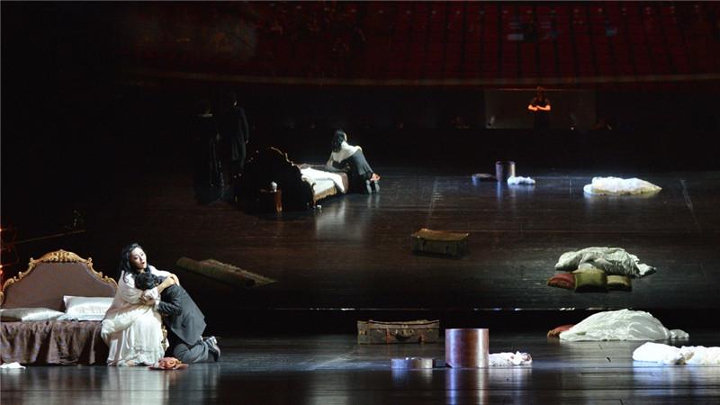 大剧院制作歌剧《茶花女》剧照
