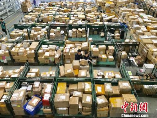 资料图:广州海关驻邮局办事处关员在广州航空邮件处理中心巡查。韩建全 摄