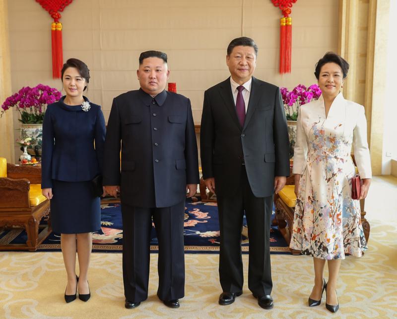 1月8日,中共中央总书记、国家主席习近平同当日抵京的朝鲜劳动党委员长、国务委员会委员长金正恩举行会谈。1月9日,习近平在北京饭店会见金正恩。这是习近平和夫人彭丽媛同金正恩和夫人李雪主合影。