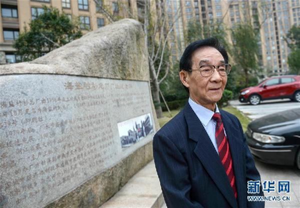 步鑫生在海盐衬衫总厂厂址纪念碑前(2013年11月10日摄)。新华社记者 韩传号 摄