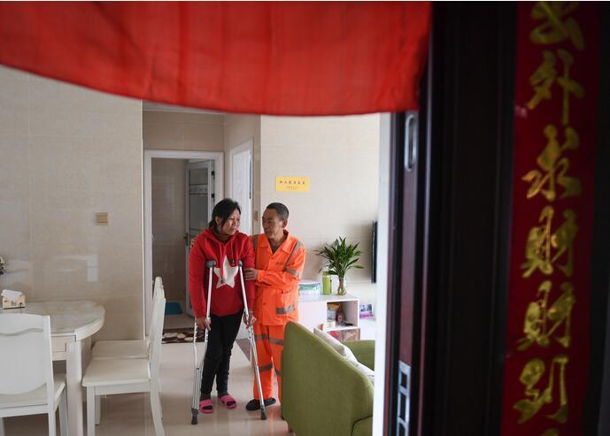 ↑1月9日,董基东在家中照顾董锦香。
