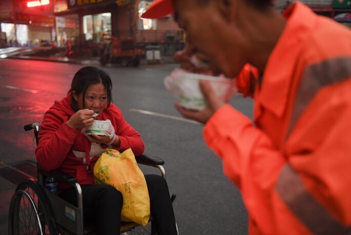 ↑1月9日,董基东在上工前和妻子董锦香一起吃早饭。