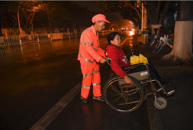 ↑1月9日,天还没亮,董基东推着董锦香准备上工。