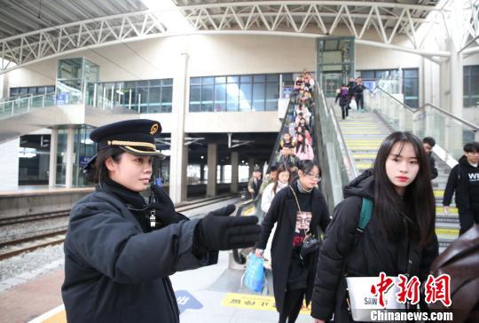 站台工作人员正在有序组织旅客乘车。 张杰 摄