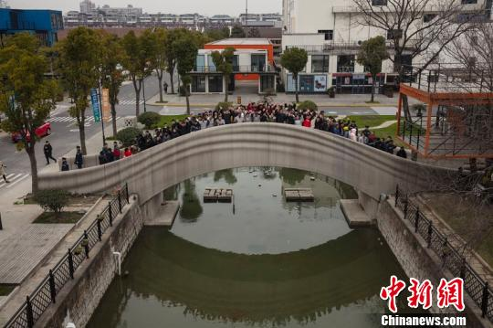 世界最大规模3D打印混凝土步行桥在上海落成启用