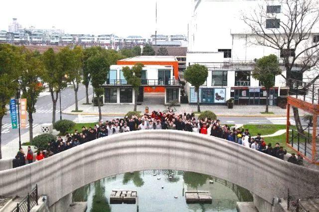 ↑该桥站满行人。(图片由上海市宝山区政府提供)
