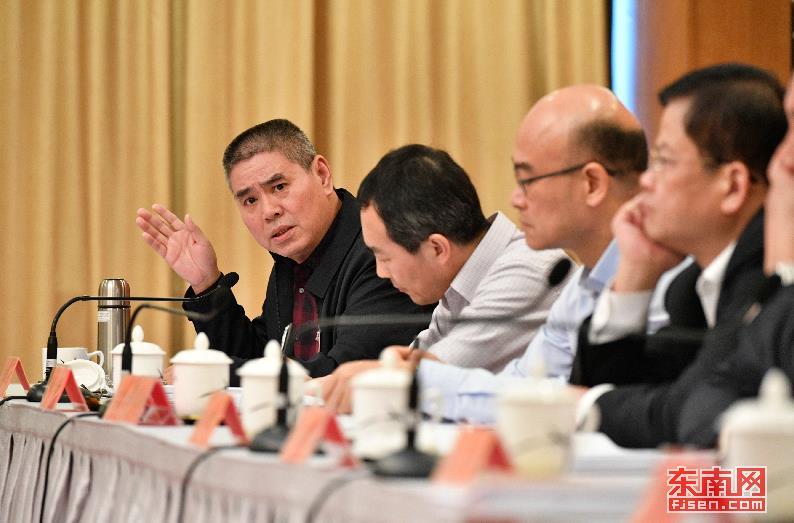 14日下午,苏国强代表针对政府工作报告中关于持续深化服务型政府建设,提出建设知识产权及法律服务综合平台,为新兴企业发展助力的建议。福建日报记者 王毅 摄