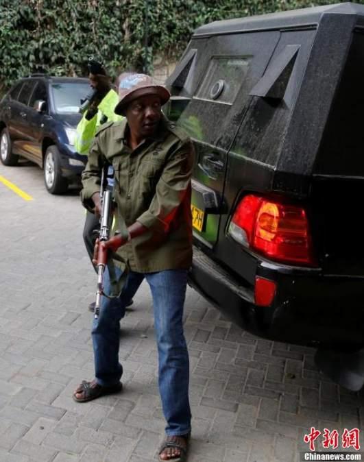 肯尼亚安保人员与枪手进行激烈交火。