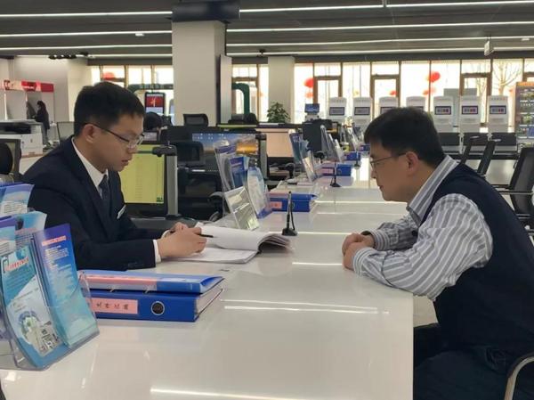 在政务服务中心,正在办理营业执照的企业主施广强。(央视记者卢心雨拍摄)