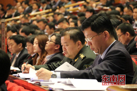 省高级人民法院院长吴偕林向福建省第十三届人民代表大会第二次会议作法院工作报告东南网 林先昌 摄