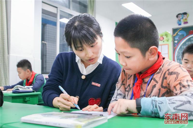 福建师大附小老师为学生进行免费课后服务 东南网记者 张立庆摄