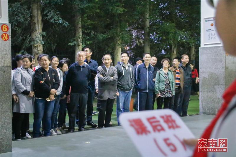 福建师大附小课后服务结束前,家长们都已赶到学校等待孩子 东南网记者 张立庆 摄